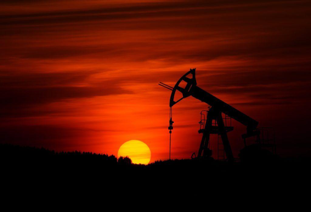 Jaknikker die olie uit de grond pompt